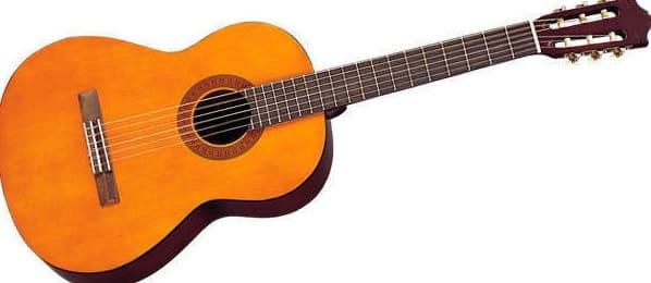 violão clássico tocando com estilo